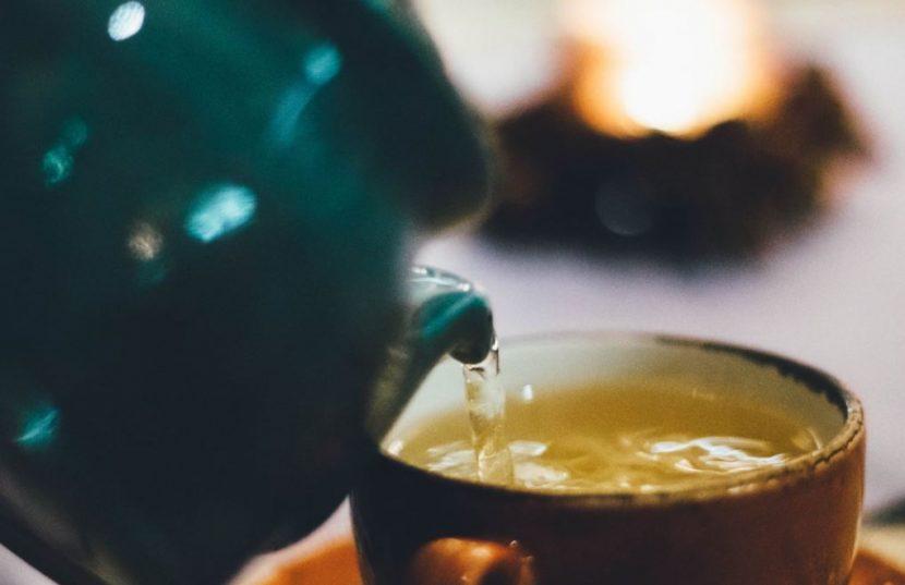 kopje thee drinken